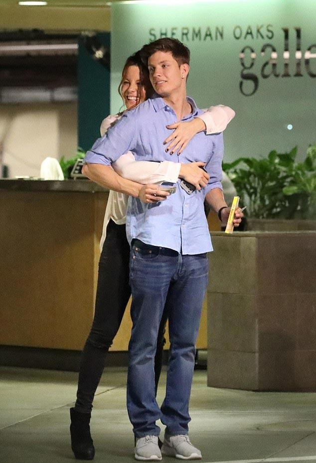 Kate Beckinsale láthatóan nagyon boldog az új kedvese oldalán, aki 22 évvel fiatalabb nála.