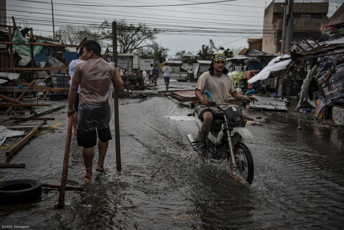 A Mangkhut szupertájfun által letarolt város a Fülöp-szigeteken 2018 szeptemberében