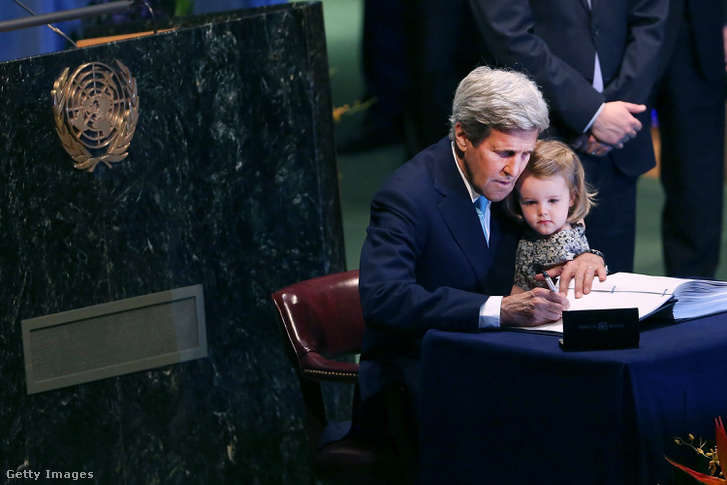 John Kerry korábbi amerikai külügyminiszter unokájával az ölében írja alá a párizsi klímaegyezményt 2016-ban