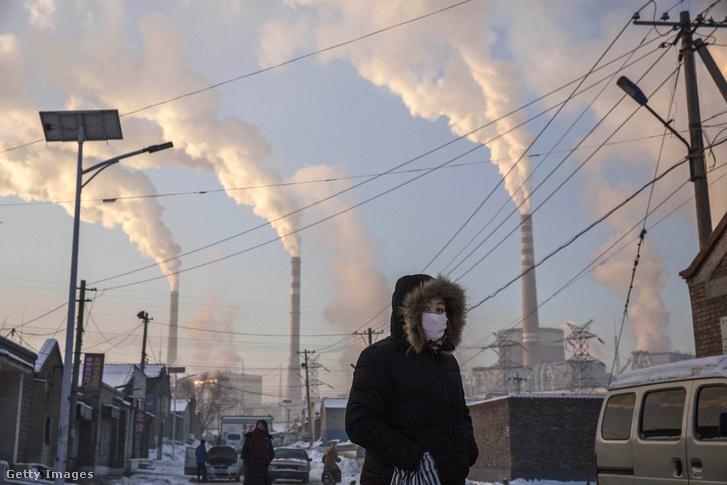 Kínai város Sanhszi tartományban a háttérben szénerőművekkel