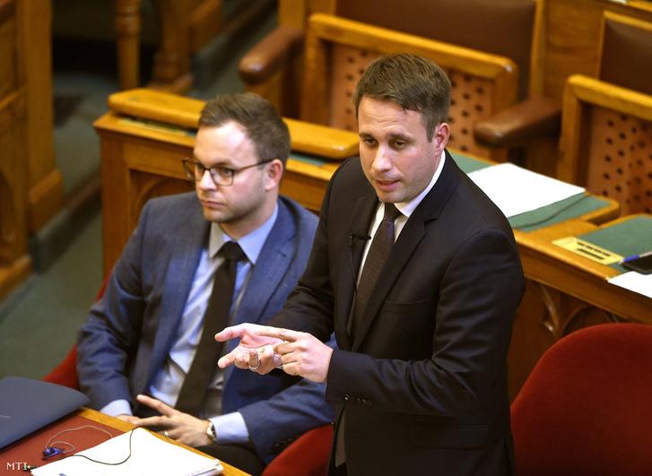 Dömötör Csaba a Miniszterelnöki Kabinetiroda parlamenti államtitkára napirend előtti felszólalásra válaszol az Országgyűlés plenáris ülésén 2018. október 8-án.