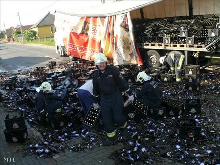 Nyíregyházi tűzoltók takarították el a törmeléket az útról (Fotó: Taipusz Attila)