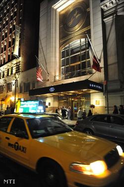 A New York-i Sofitel Szálloda bejárata május 14-én éjjel, miután nemi erőszak gyanúja miatt őrizetbe vették Dominique Strauss-Kahnt