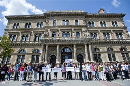 Corvinus Egyetem diákjai a IX. kerületi Fővám téren a főépület előtt