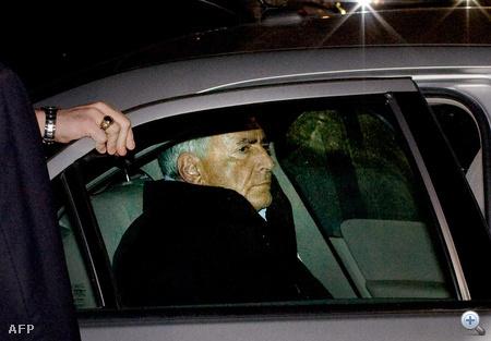 Rendőrségi autó hátsó ülésén