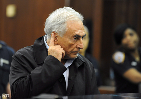 Strauss-Kahn egy New York-i bíróságon, ahol előzetes letartóztatásáról döntöttek