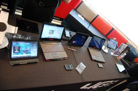 Keresse meg a képen az LTE-s eszközöket!Segítek: a laptopok és a tabletek nem azok, csak a közöttük heverő mobilok és Mifi hotspotok tudnak LTE-re csatlakozni.