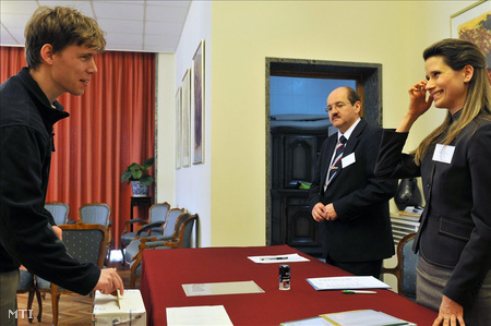 A balatonfüredi Tótfalussy Balázs leadja szavazatát a pekingi magyar nagykövetségen  (Fotó: Trebitsch Péter)
