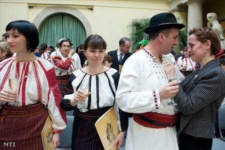 Eskütételt követően a Budavári Városházán, ahol csaknem száz csángó magyar tett magyar állampolgársági esküt az 1848-49-es forradalom és szabadságharc 163. évfordulóján. (Fotó: Kollányi Péter)