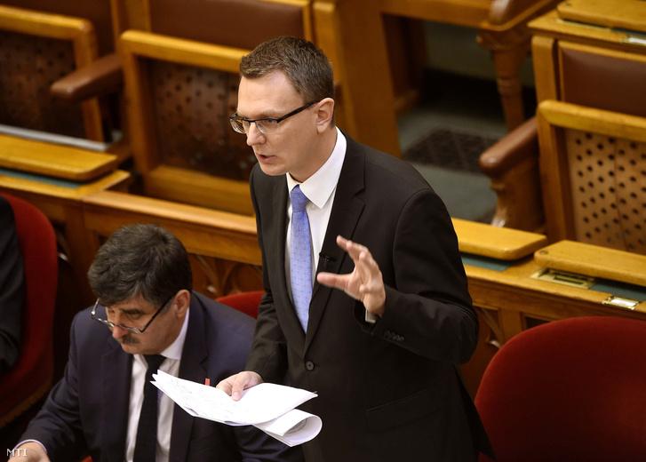 Rétvári Bence, az Emberi Erőforrások Minisztériumának parlamenti államtitkára napirend előtti felszólalásra válaszol az Országgyűlés plenáris ülésén 2018. október 8-án.