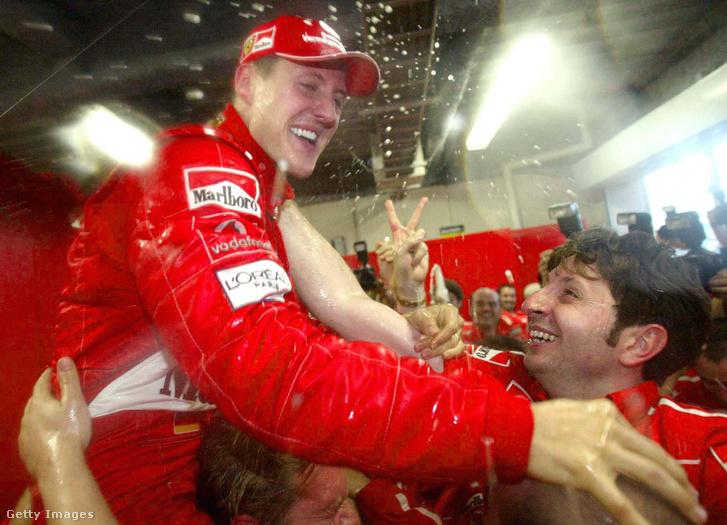 Michael Schumacher győzeleme után a Ferrari boxban, 2003. október 12-én, Szuzuka