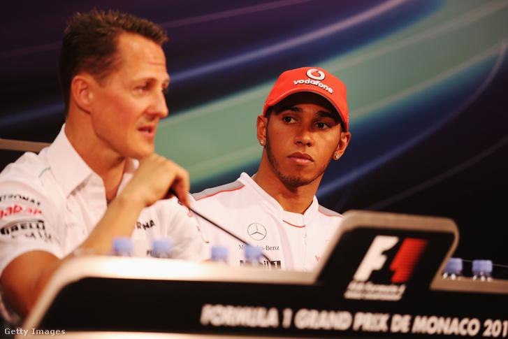 Michael Schumacher (balra) beszél a sajtótájékoztatón a monacói nagydíj előtt 2012. május 23-án
