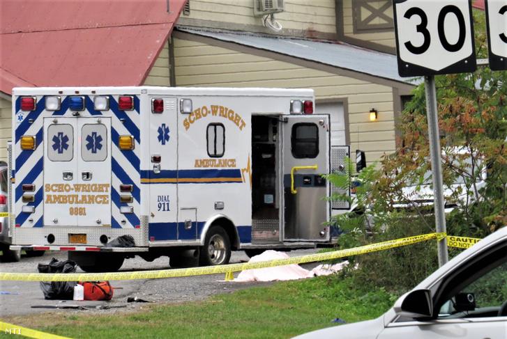 Letakart holttest egy mentőautó mellett a New York állambeli Schoharie településen 2018. október 7-én azt követően hogy egy esküvői limuzin belerohant egy kávézó előtt parkoló autóba. A balesetben a limuzinban utazó 18 ember és a kávézó előtt beszélgető két ember életét vesztette.