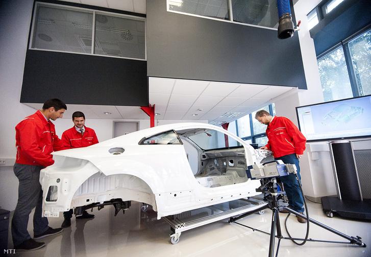 Egy Audi karosszériáját vizsgálják a győri Széchenyi István Egyetemen az Audi Motor Hungária Kft. új autófejlesztő-laborjában 2014. szeptember 18-án. A laboratórium 300 négyzetméteres és 350 millió forintból készült el a hallgatók akusztikai termo- és rezgésvizsgálatokat végezhetnek benne.
