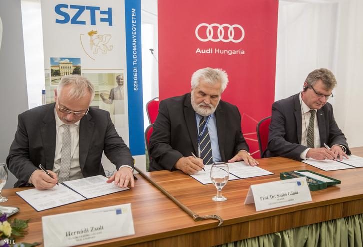 Hernádi Zsolt a Mol-csoport elnök-vezérigazgatója, Szabó Gábor az egyetem rektora és Achim Heinfling az Audi Hungaria igazgatóságának elnöke aláírja az Audi Hungaria Zrt. a Mol-csoport és a Szegedi Tudományegyetem (SZTE) stratégiai megállapodását Szegeden 2018. június 29-én.