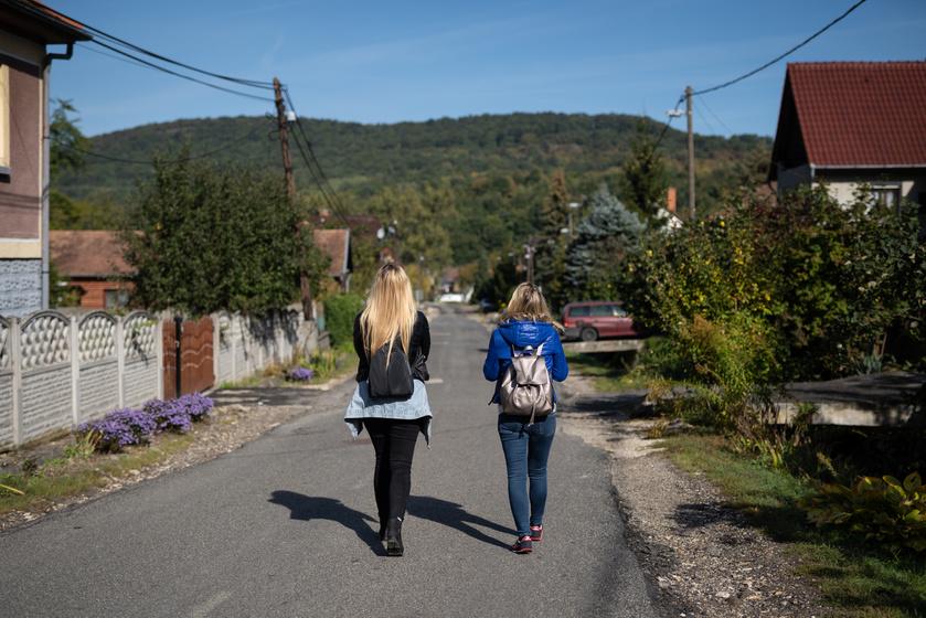 A kocsit érdemes a falu határában letenni, és gyalog körbejárni a picinyke települést.