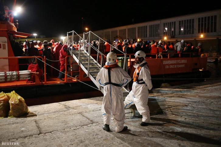 Menekültek várakoznak a Spanyol Vöröskereszt tagjainak érkezésére, miután kimentették őket a a tengerből. Malaga, 2018. október 08.