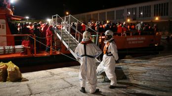 Hétszáz menekültet mentettek ki a spanyol hatóságok a Földközi-tengeren