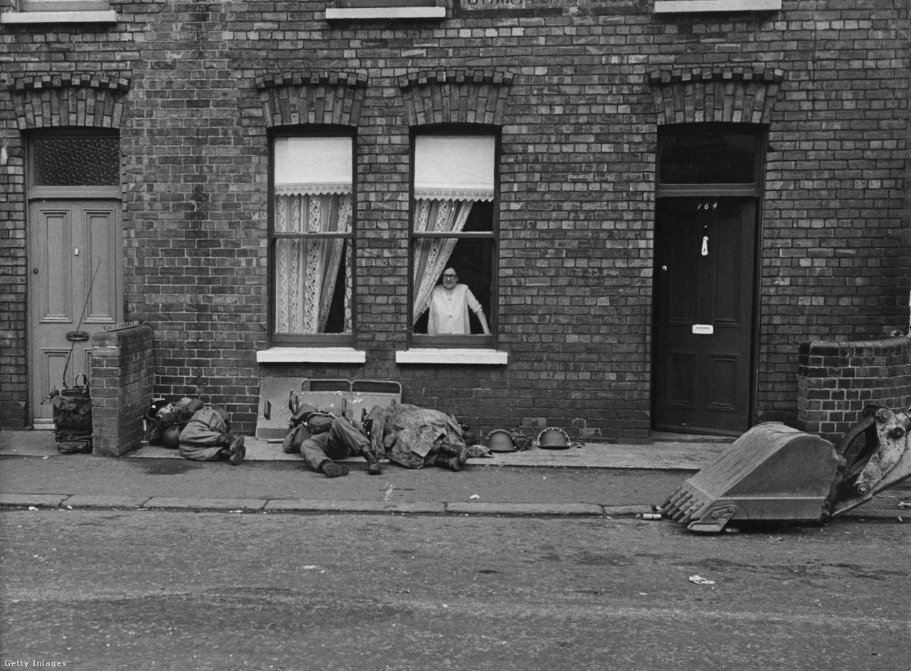 Brit katonák pihennek meg egy nő ablaka előtt (1969).