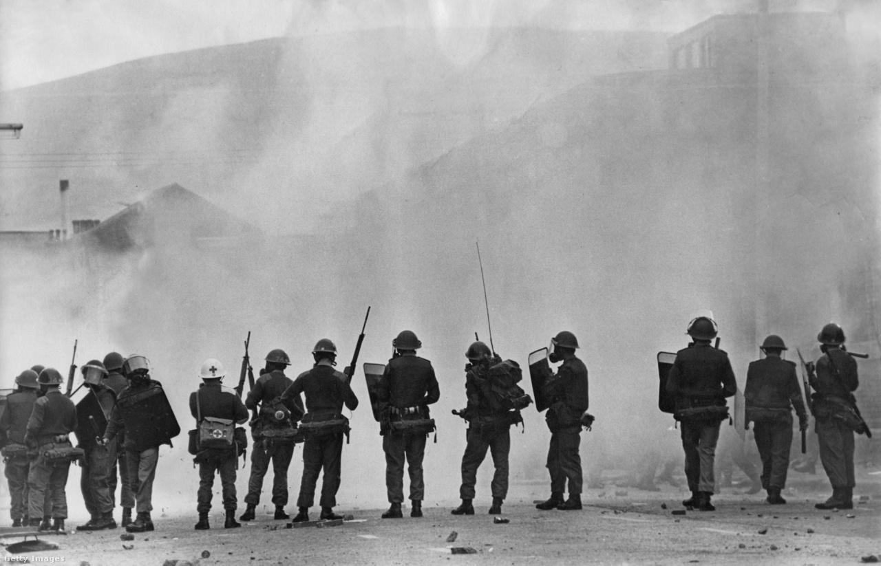 A brit hadsereg katonái teljes rohamfelszerelésben sorakoznak fel egy polgári zavargás során (Észak-Írország, 1969).