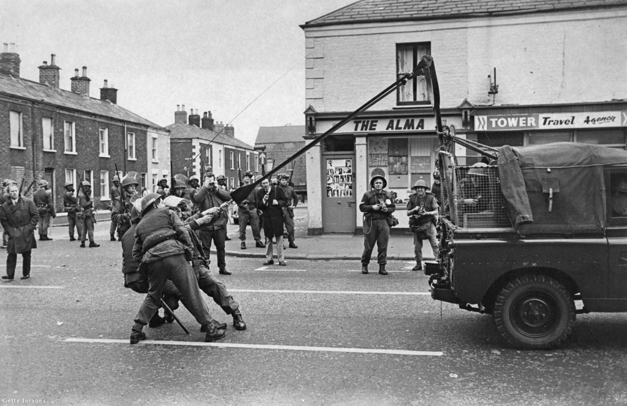 Brit katonák könnygáz katapultot próbálnak ki Belfast protestáns negyedének főútján, a Falls Road-on (1970).
