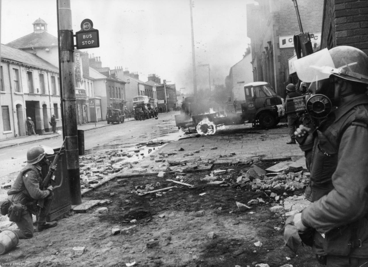 Öt katolikus meghalt, hatvanan megsérültek, számos ház pedig megsemmisült 1970-ben, amikor a kijárási tilalom ellen tiltakozók és a brit katonák összecsaptak Falls Road téréségében (Belfast, Észak-Írország).