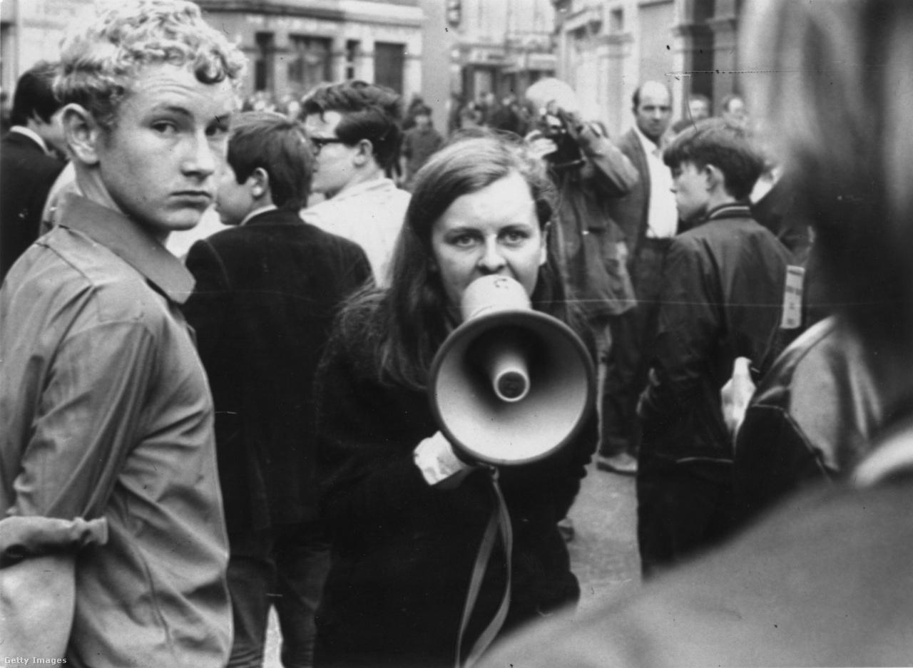 1969. augusztusában felkelés robbant ki Bogside-ban, Derry katolikus többségű kerületében. Bernadette Devlin, republikánus aktivista, aktív szerepet vállalt a zavargásokban.