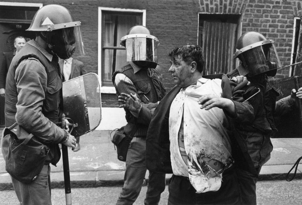 Fegyveres rendőrök fogják le a kijárási tilalom ellen tiltakozó férfit (Belfast, Észak-Írország, 1970).