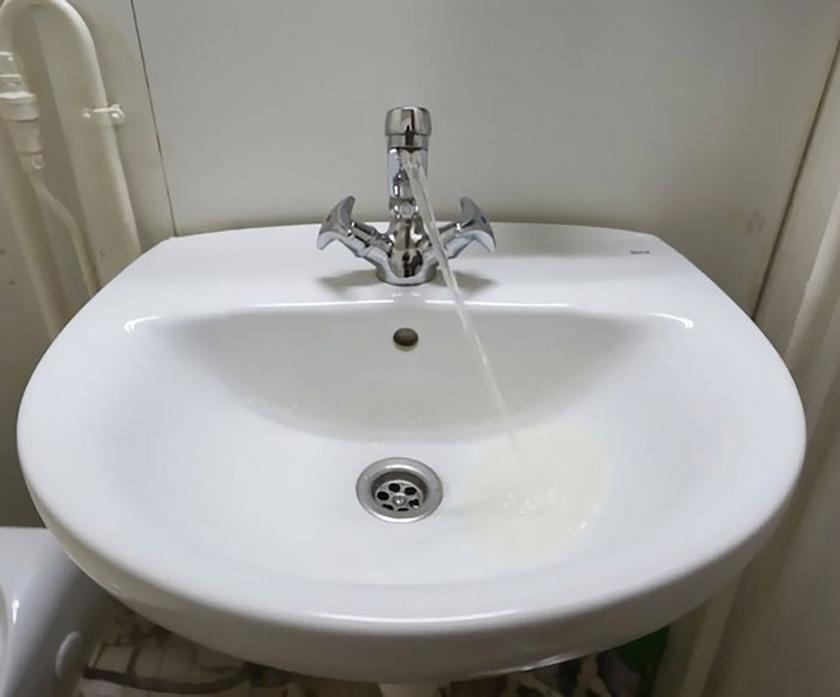 A kép egy sétahajó mosdójában készült: a jármű dőlésszöge miatt úgy tűnik, mintha a vízsugár a gravitáció arcába nevetne.