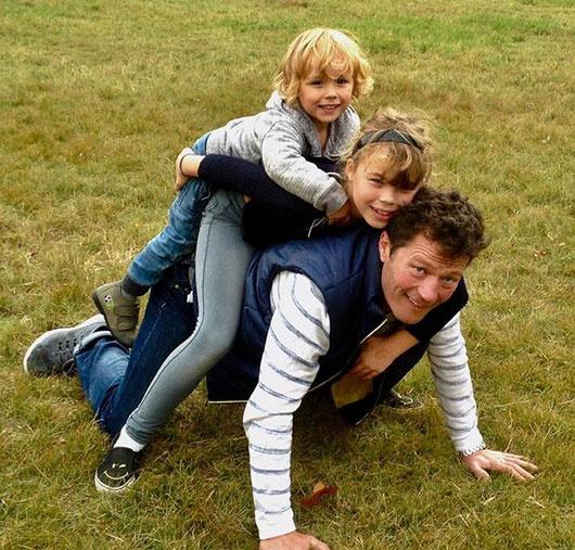 - Hullanak a levelek, kettő a hátamra esett - írta két kisebbik gyerekével közös fotójához Stohl András.
