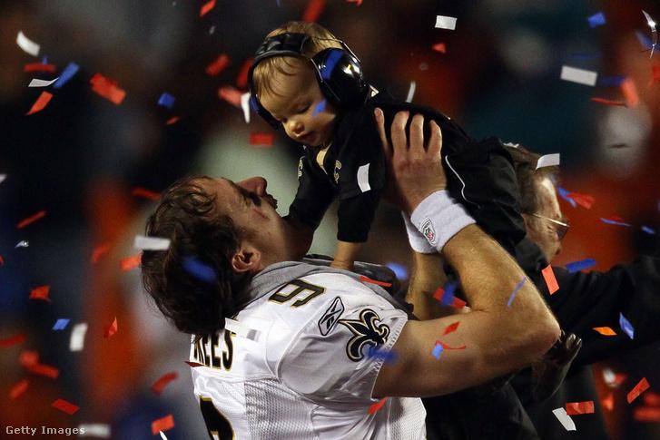 Drew Brees fiával, Baylennel ünnepel a Super Bowl-győzelem után