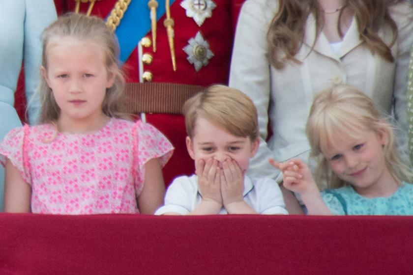 Amikor Katalinék magukkal vitték a kis Györgyöt a nyírfajdlövészetre, és ott így fotózták le a kicsit, sokan elítélték a meggondolatlan döntésért: a gyereknek ez szemmel láthatóan sok volt.