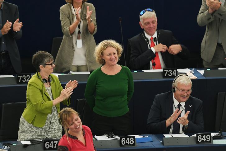 Judith Sargentini holland zöldpárti képviselőt (k, jobbról) megtapsolják képviselőtársai a nevét viselő Sargentini-jelentés megszavazását követően az Európai Parlament plenáris ülésén, Strasbourgban 2018. szeptember 12-én.
