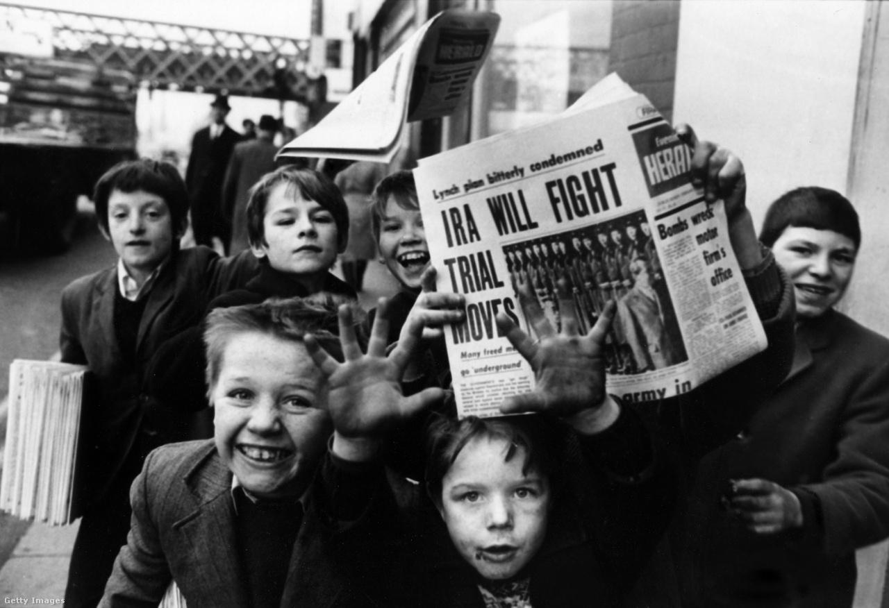 Ír gyerekek újságot terjesztenek Dublinban, a polgárháború legvéresebb évében 1972-ben.