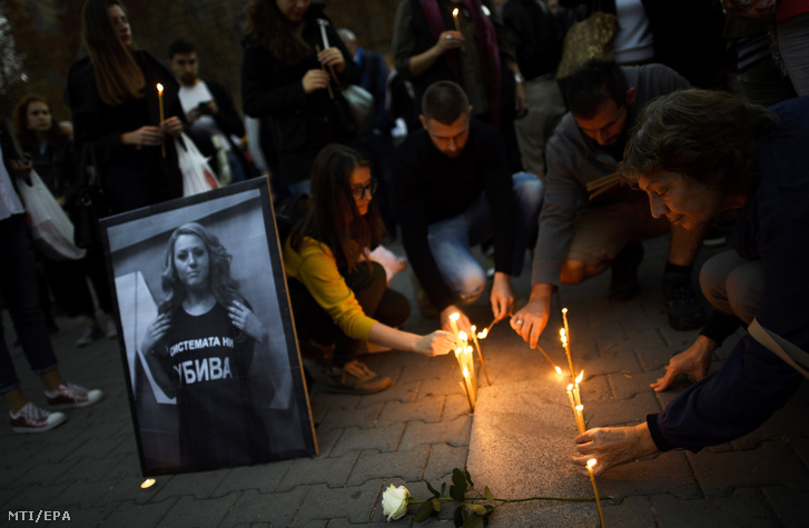 Gyertyás virrasztással búcsúztatják Viktorija Marinova bolgár oknyomozó újságírót Szófiában 2018. október 8-án.