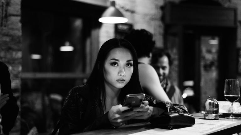 Lopott szépség és magány a bárpult mögött