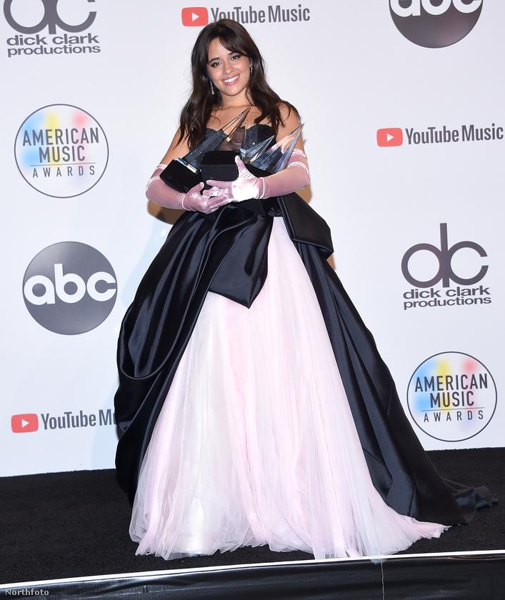 De ha már az indokolatlanul nagy méretű ruhákról van szó, akkor itt a helye Camila Cabello dresszének, ami olyan mintha az esküvői ruháját éppen bekebelezné az özvegyi gyászruhája.