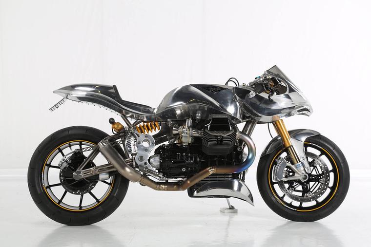A Street Performance kategóriát az angol Paul Milbourn nyerte a Titanium V-nek keresztelt 1100-as Moto Guzzijával, melynek a legizgalmasabb adata a tömege: mindössze 155 kilót nyomott
