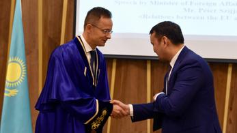 Szijjártó Péter egyetemi díszdoktori címet kapott Kazahsztánban