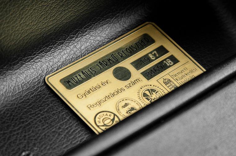 Fontos plakett jelzi előre, hogy ha az állapot marad, akkor ez az autó valószínűleg soha nem lesz olcsóbb, mint most.