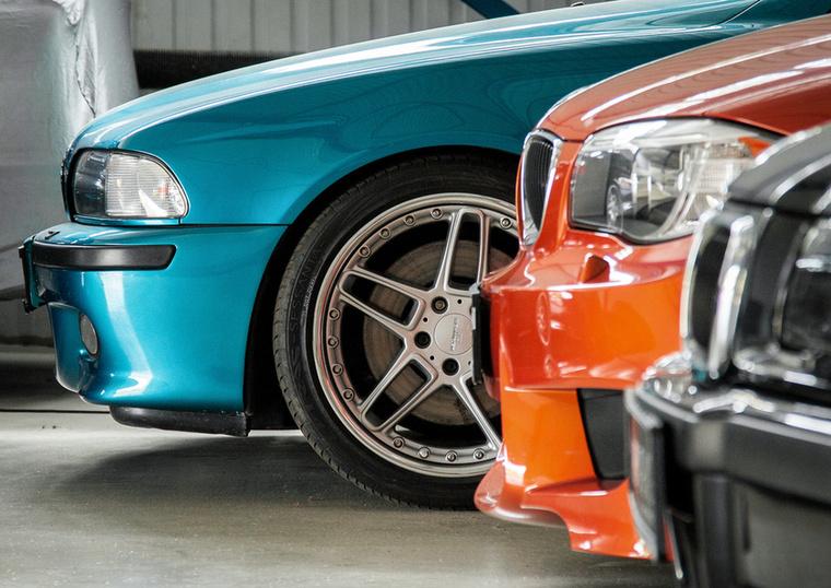 A garázsban akadtak még érdekes darabok: Individual M5, 1M Coupe és E36 M3 szedán