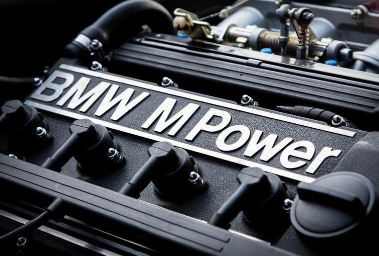 A gépteremben a BMW S14-es motorkódú, tizenhat szelepes, hengerenkénti pillangós négyhengerese lakik, és full támadás közben 200 öregsulis szívó-lóerőt tud kipréselni magából