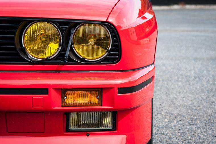 Az egész autó egyik legmenőbb részletmegoldása a két kis törlőlapát a lámpák előtt
