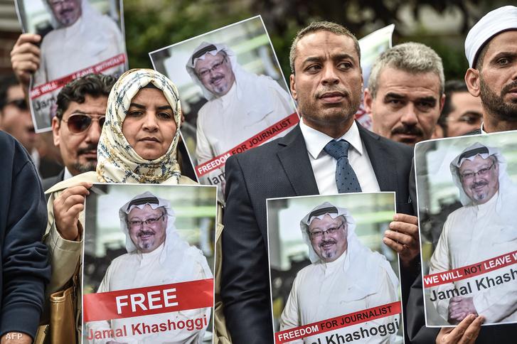 Tüntetők a konzulátus előtt