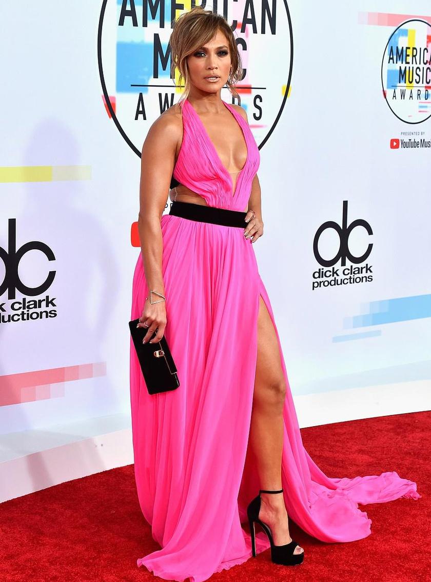 Jennifer Lopez legalább két évtizeddel idősebb volt a gála legtöbb résztvevőjénél, mégis ő volt a legdögösebb. Egy merészen felsliccelt Georges Chakra-ruhát viselt.