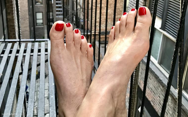 És itt van szemből is!Az amerikai nő egyébként egy brit hírügynökségnek mesélt arról, hogy a milliókat érő lábfejeket bizony nagyon gondosan kell ápolni.