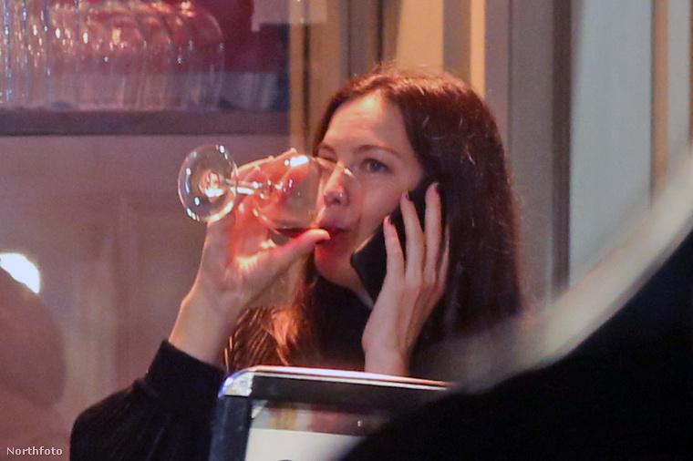 Eközben Liv Tyler bort ivott és telefonált.