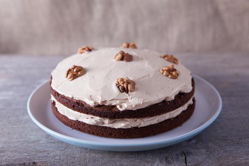 Mascarponéval töltött, diós torta: az alapja egyszerű és elronthatatlan kakaós piskóta