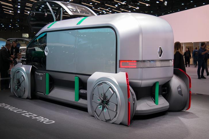 - Jean-Luc, csináljatok egy dobozt a szalonra! Legyen ez a jövő járműve, ilyen futurisztikus izé, tudod...                         - De ez mégis csak egy autószalon!                         - Jól van baszki, akkor legyen kereke is!                         (Elkapott memo a Renault 2018-as részvételét előkészítő értekezletéről)