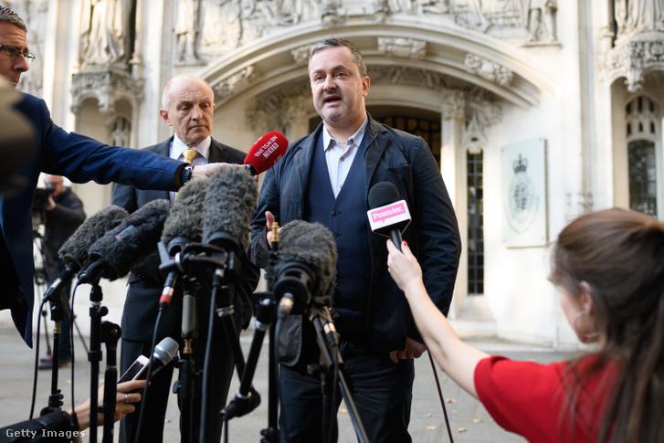 Gareth Lee melegjogi aktivista nyilatkozik a sajtónak az angliai Legfelsőbb Bíróság épülete előtt 2018. október 10-én
